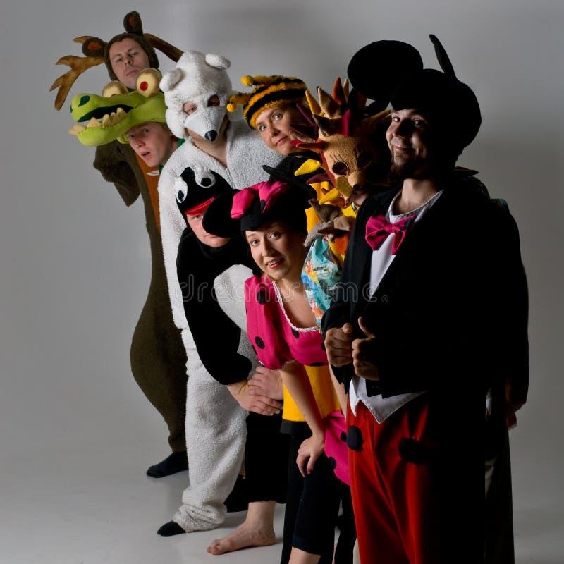 Groupe de théâtre chez les costumes animaux photos stock