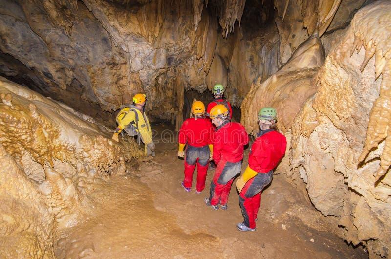 groupe de touriste dans la caverne photos libres de droits