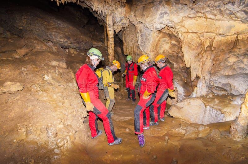 Groupe de touriste dans la La Vallina de caverne le 4 septembre 2013 à Llanes, Asturies, Espagne image stock