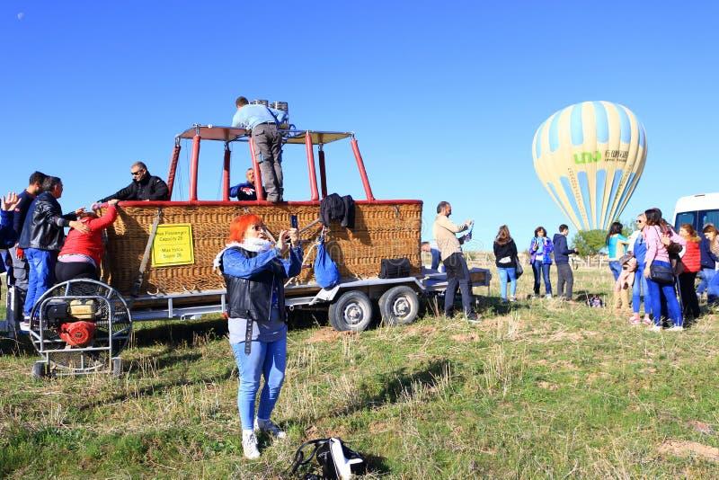 Groupe de touristes après visite chaude de ballon à air dans Cappadocia Turquie photo libre de droits