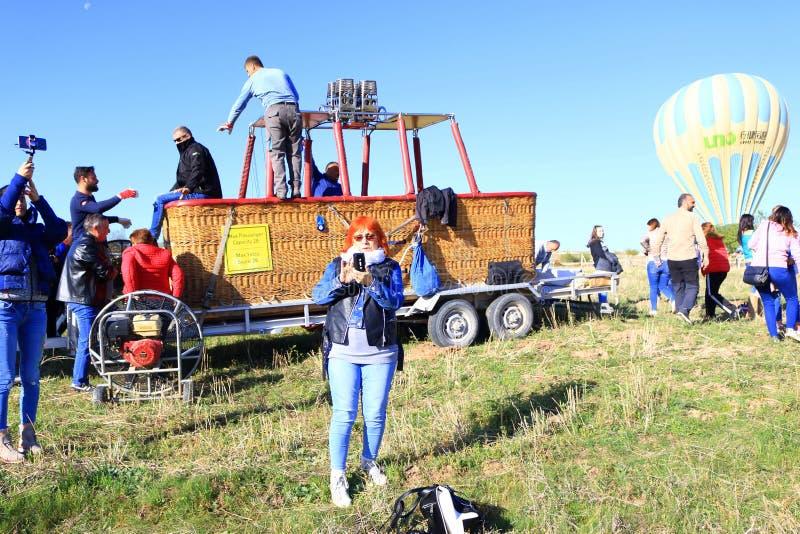 Groupe de touristes après visite chaude de ballon à air dans Cappadocia Turquie images stock