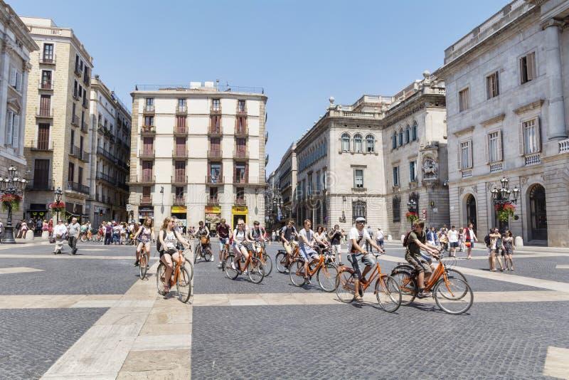 Groupe de touristes avec des bicyclettes dedans, l'Italie photo libre de droits