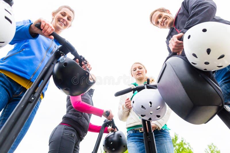 Groupe de touristes ayant guidé la visite de Segway photos stock