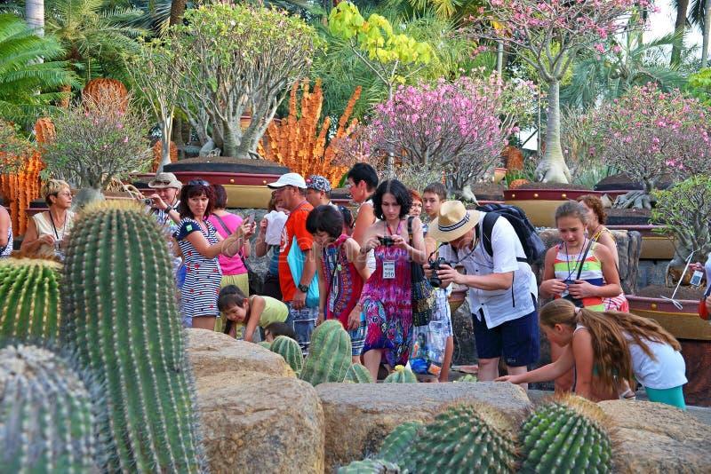 Groupe de touristes sur des excursions en parc tropical Nong Nooch à Pattaya images stock