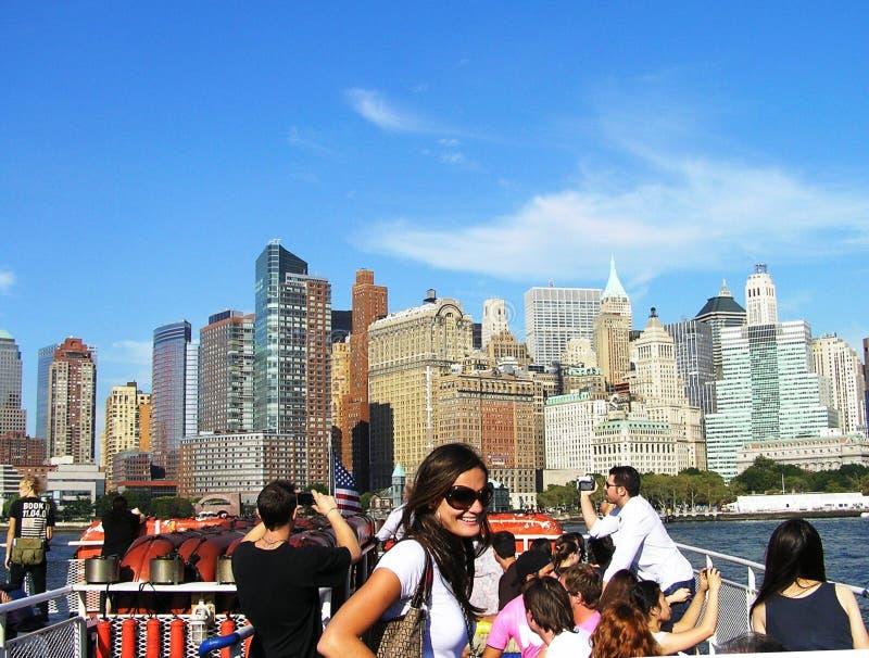 Groupe de touristes sur le fond de Manhattan, New York, Etats-Unis images stock