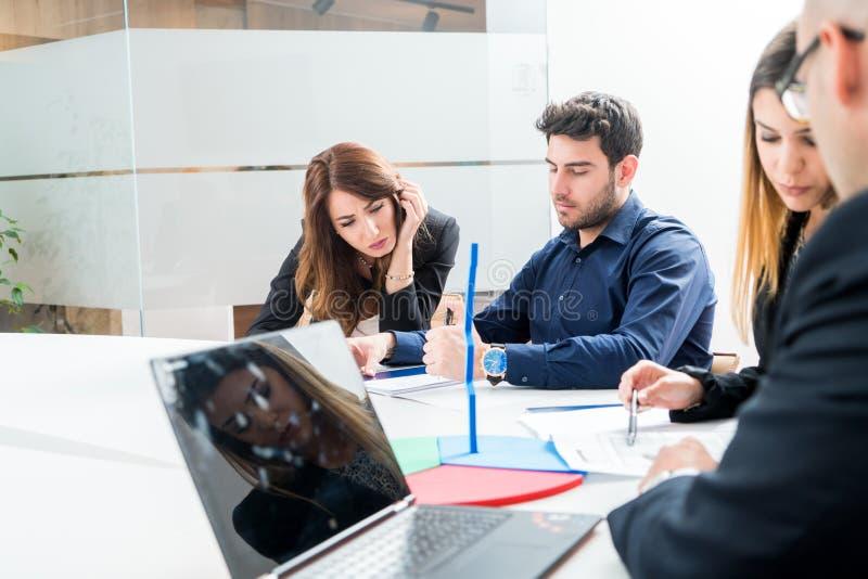 Groupe de travailleurs des employés des jeunes avec l'ordinateur en Al urbain photographie stock