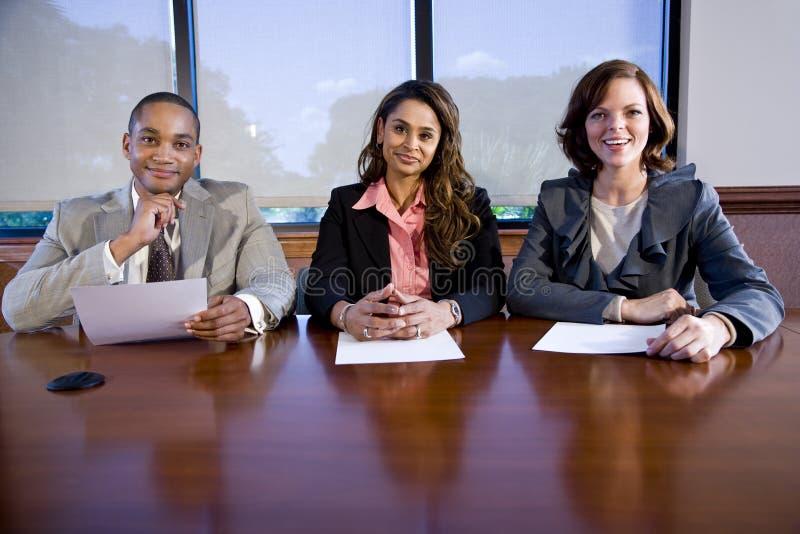 Groupe de trois hommes d'affaires multiraciaux images stock