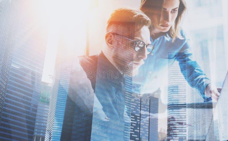 Groupe de trois jeunes collègues travaillant ensemble au bureau coworking moderne Concept de travail d'équipe Double exposition,  image stock