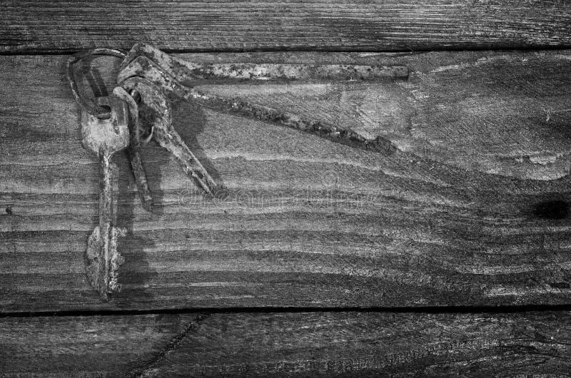 Groupe de vieilles clés rouillées sur une table en bois photos stock