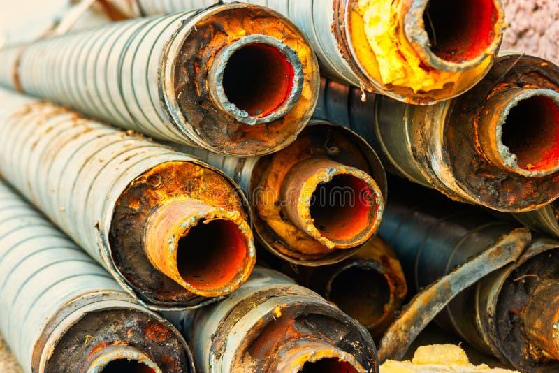 Groupe de vieux tuyaux rouillés avec l'empreinte de pas de la soudure du côté couvert d'isolation thermique photographie stock