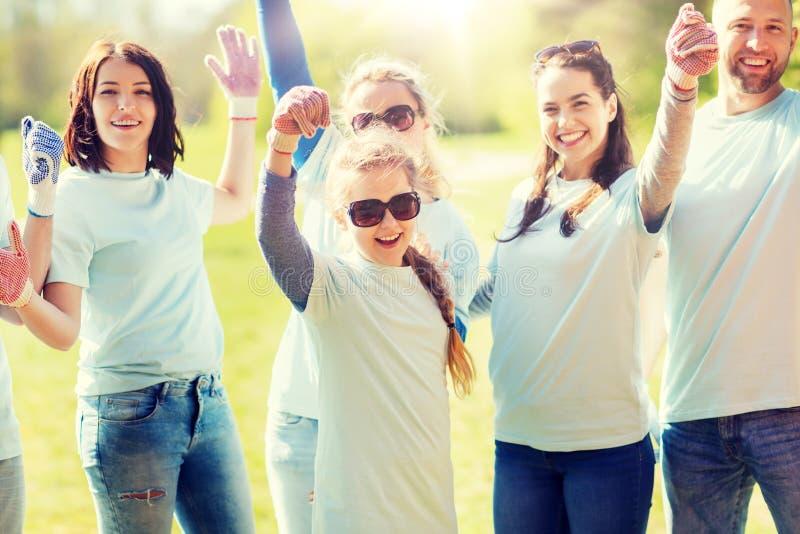 Groupe de volontaires célébrant le succès en parc photo libre de droits