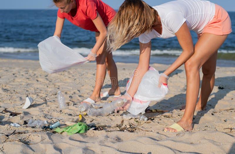 Groupe de volontaires nettoyant la ligne de plage Les gens rangeant des déchets sur le bord de mer Concept d'?cologie photo stock
