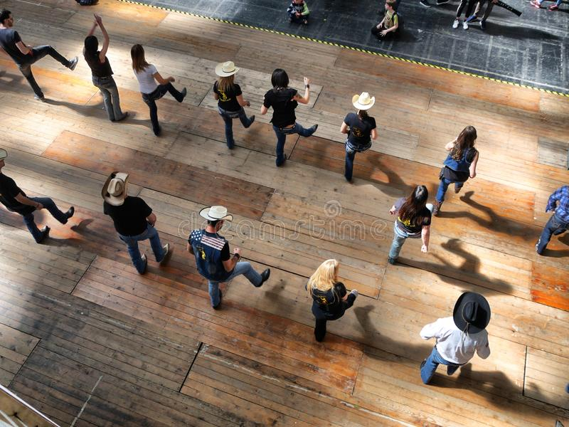 Groupe de vue occidentale traditionnelle de danseurs de musique folk d'effet ci-dessus de dynamisme de tache floue photos stock
