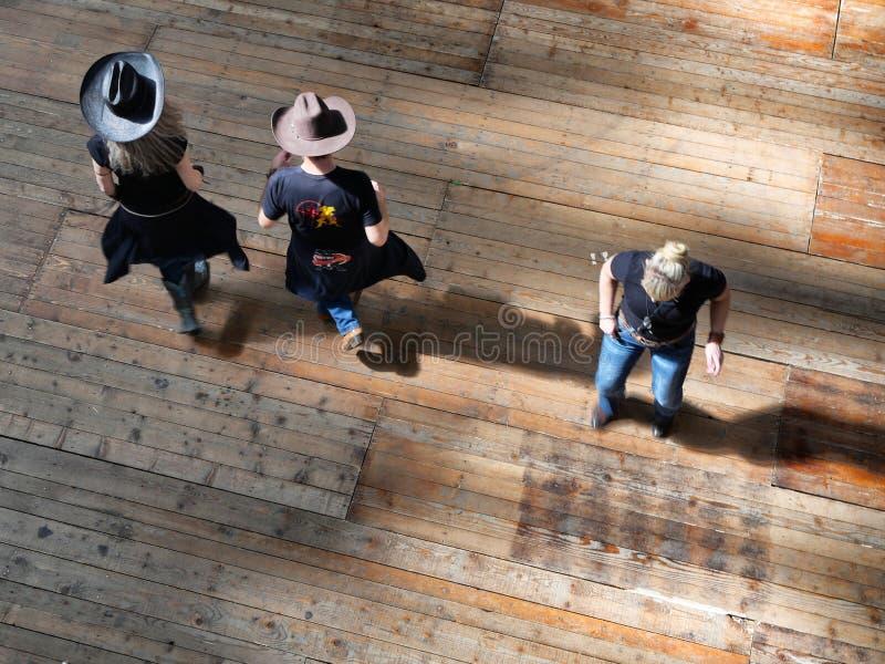 Groupe de vue occidentale traditionnelle de danseurs de musique folk d'effet ci-dessus de dynamisme de tache floue photographie stock