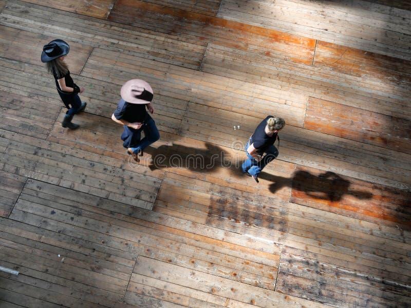 Groupe de vue occidentale traditionnelle de danseurs de musique folk d'effet ci-dessus de dynamisme de tache floue photo libre de droits