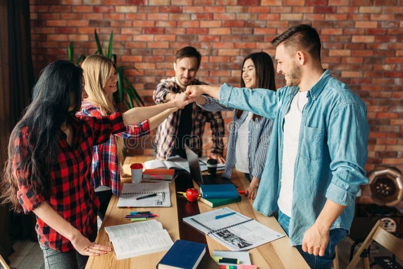 Groupe des étudiants ou de la jeune équipe d'affaires, travail d'équipe photos stock
