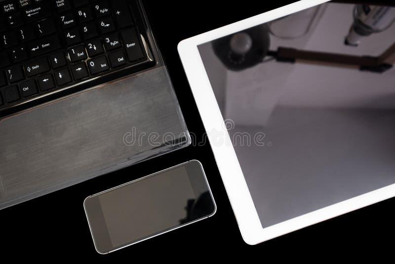 Groupe des appareils électroniques modernes, de l'ordinateur portable d'ordinateur, du comprimé numérique et du téléphone intelli photographie stock