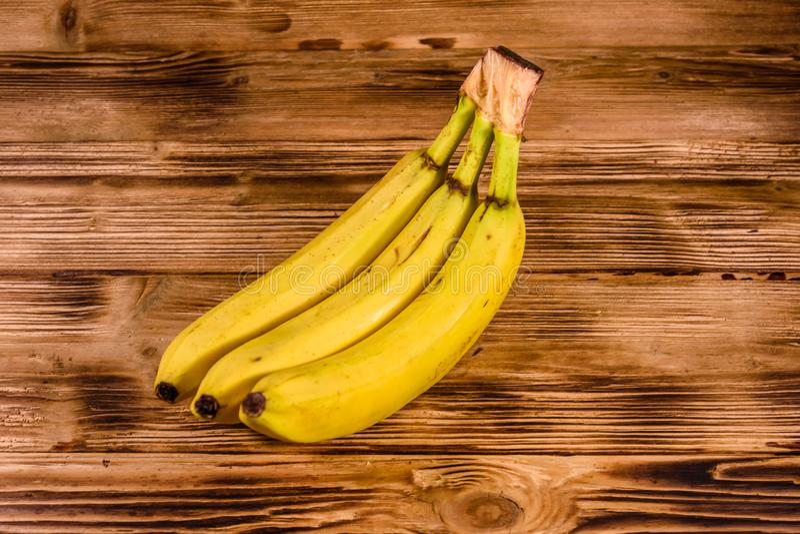 Groupe des bananes jaunes mûres sur la table en bois images libres de droits