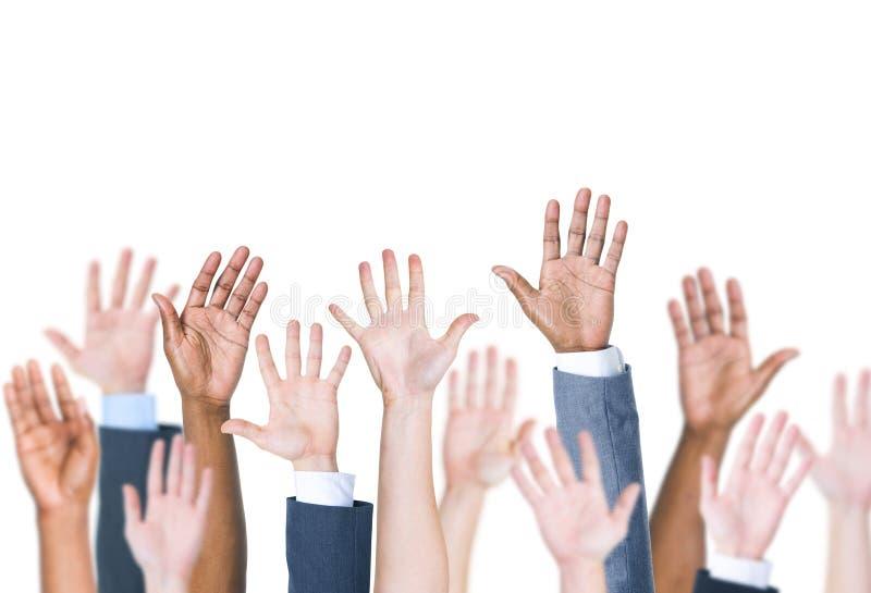 Groupe des bras des personnes multi-ethniques tendus à un arrière-plan blanc photographie stock libre de droits