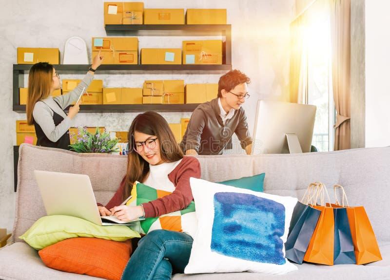 Groupe des jeunes actifs travaillant à la petite entreprise de démarrage à la maison image libre de droits