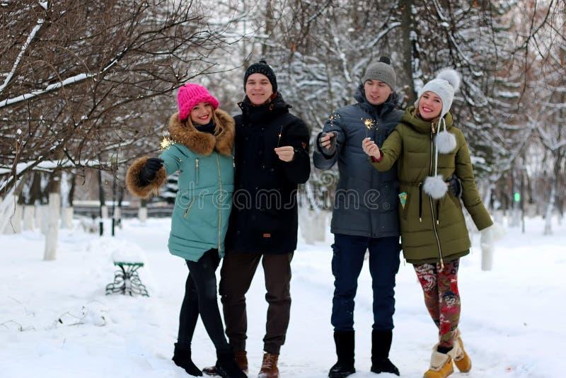 Groupe des jeunes avec des cierges magiques photo libre de droits