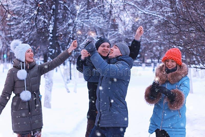 Groupe des jeunes avec des cierges magiques en vacances image stock