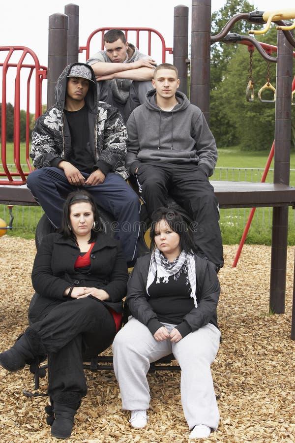 Groupe des jeunes dans la cour de jeu image stock