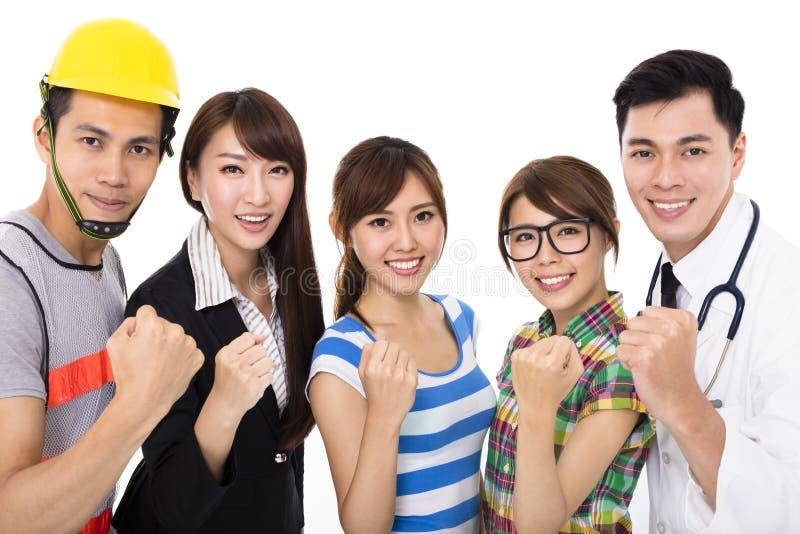 Groupe des jeunes divers dans différentes professions image stock