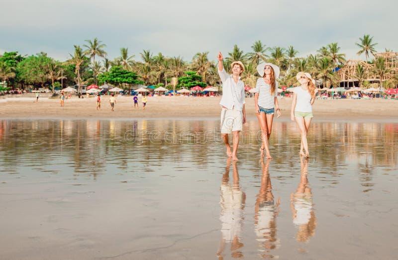 Groupe des jeunes heureux marchant le long du photographie stock