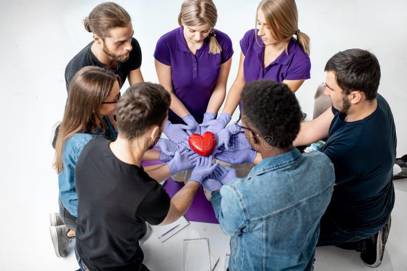 Groupe des jeunes pendant les cours médicaux de premiers secours à l'intérieur photos stock