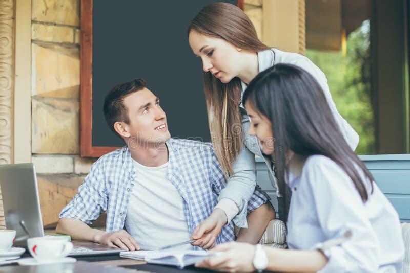 Groupe des jeunes se préparant au séminaire dans un café photos stock