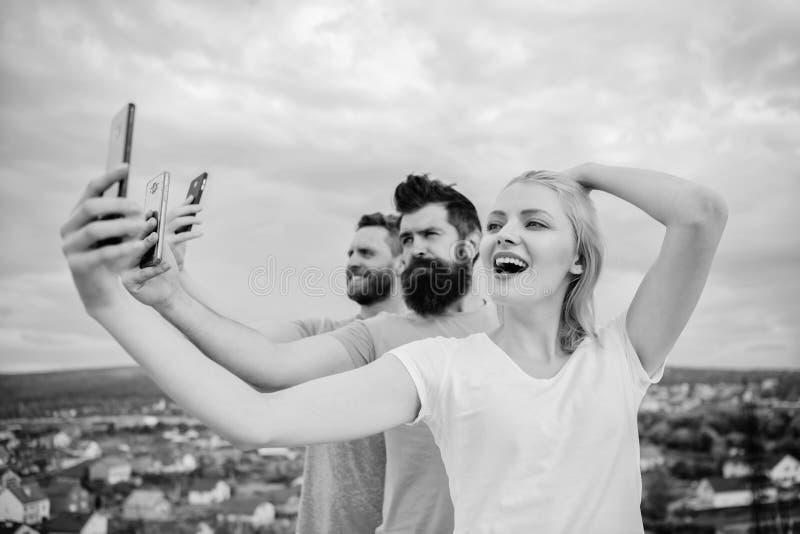 Groupe des jeunes se tenant dans une rang?e, dehors, faisant un individu photos libres de droits