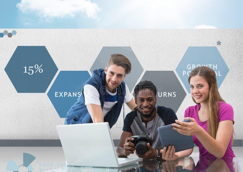 Groupe des jeunes sur l'ordinateur avec l'appareil-photo devant des graphiques de gestion images stock