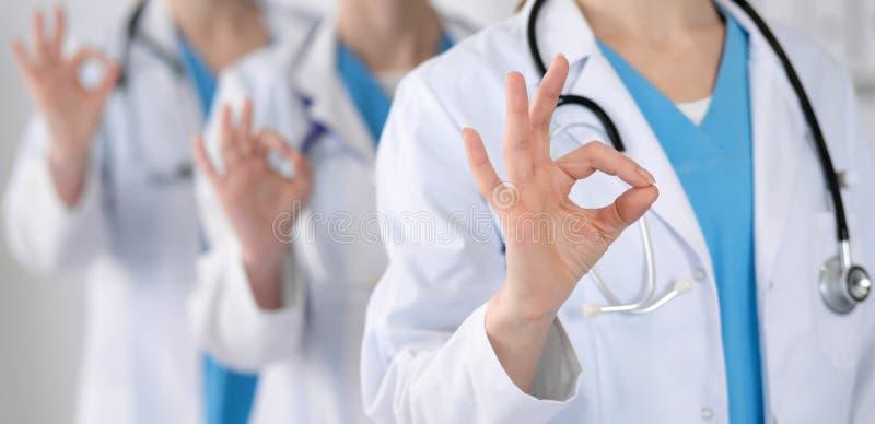 Groupe des médecins de médecine montrent CORRECT ou signent bien le plan rapproché Service de succès et de haut niveau dans les s images stock