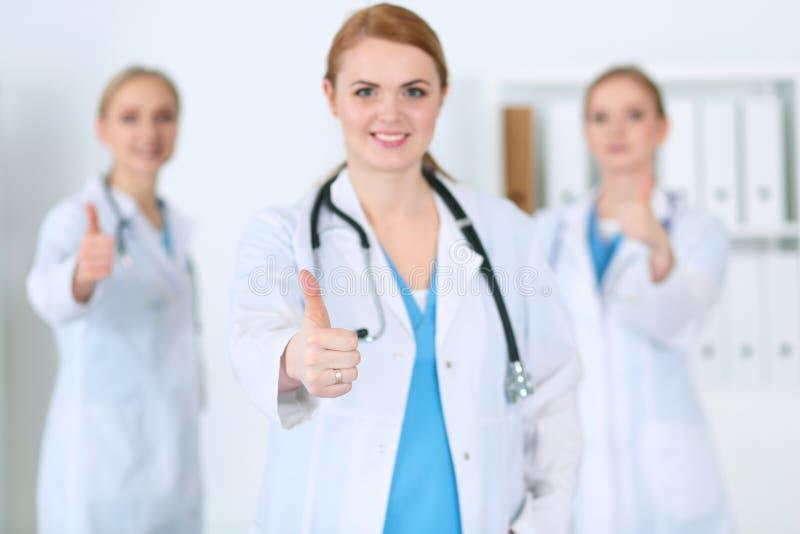 Groupe des médecins de médecine montrent le signe CORRECT avec le pouce  Service de succès et de haut niveau dans les soins de sa images stock