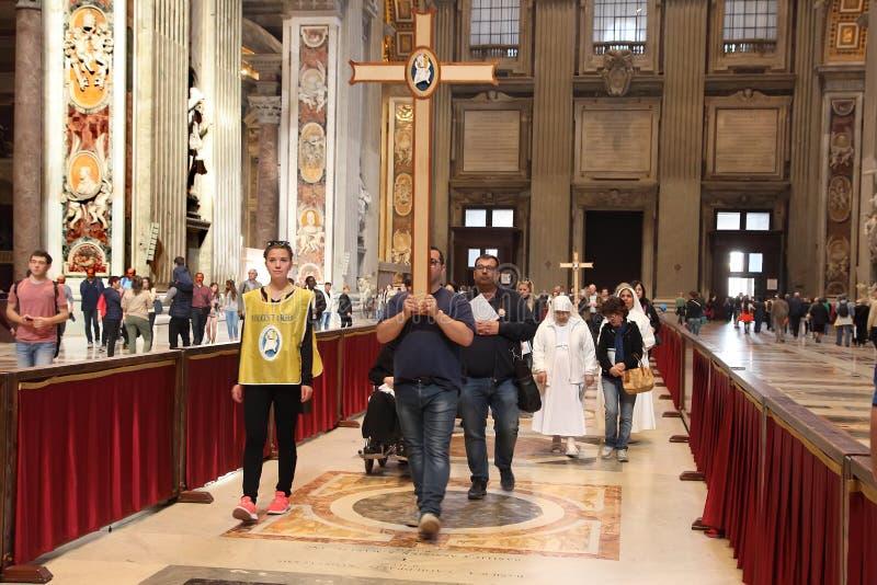 Groupe des pèlerins visitent la basilique de St Peter, Ville du Vatican, Rome, Italie photo libre de droits
