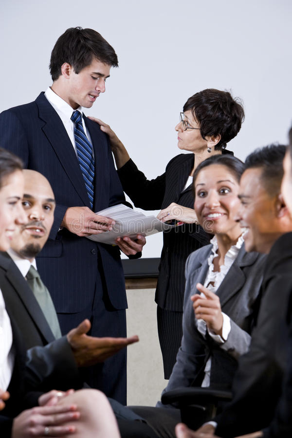 Groupe divers d'hommes d'affaires conversant image stock