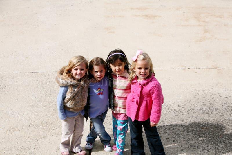 Groupe divers de petites filles à l'extérieur photo stock