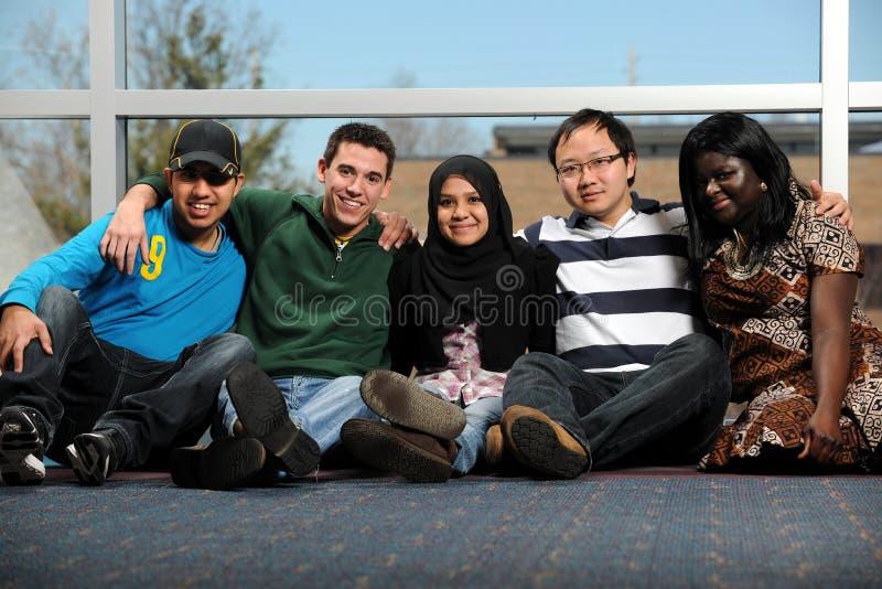 Groupe divers des jeunes photographie stock