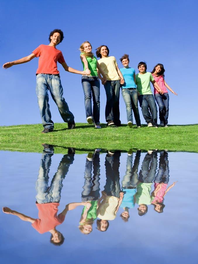 Groupe divers heureux images libres de droits