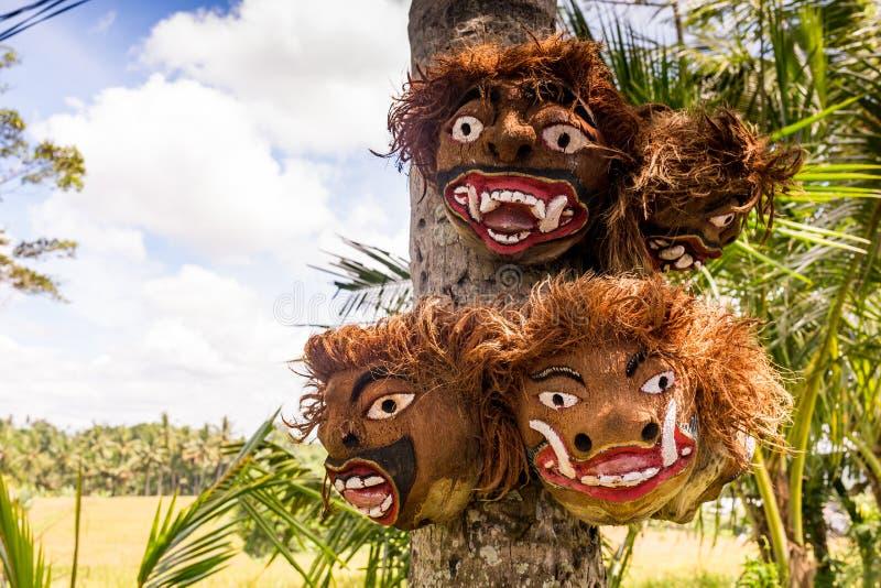 Groupe du masque traditionnel de batik de Bali accrochant pour la vente de souvenir sur le marché d'Ubud, île de Bali de l'Indoné photos libres de droits