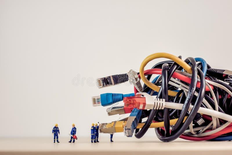 Groupe embrouillé de câbles de réseau photos stock