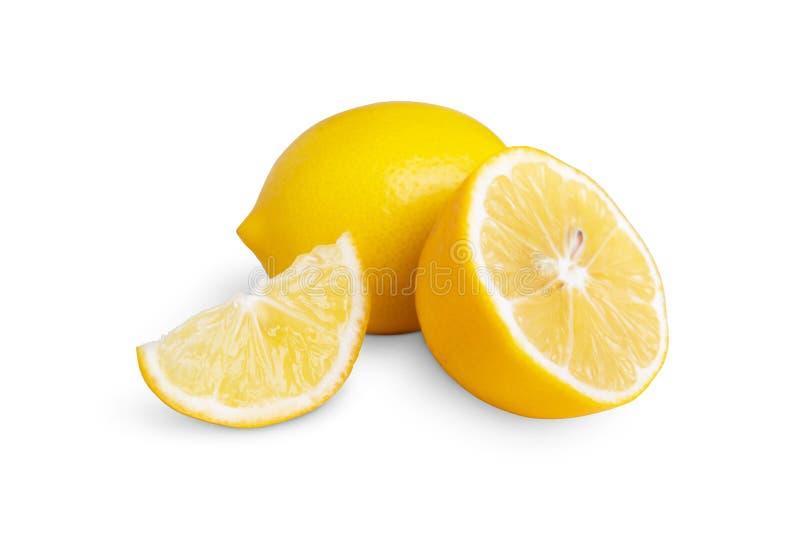 Groupe entier d'agrumes de citron jaune mûr avec un fruit de citron à moitié isolé sur fond blanc avec chemin de coupe photographie stock