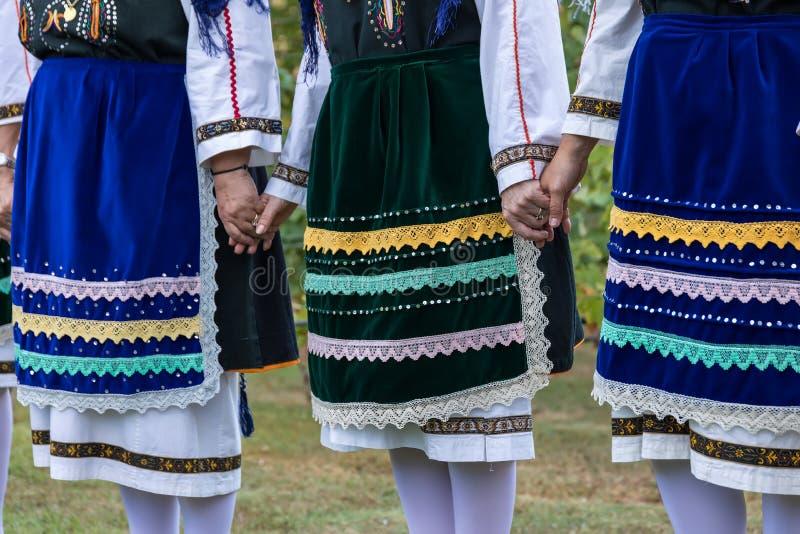 Groupe exécutant la danse grecque de folklore images stock