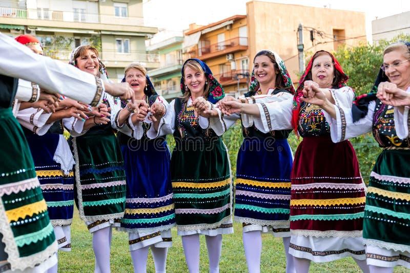 Groupe exécutant la danse grecque de folklore image stock
