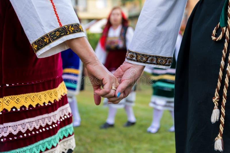 Groupe exécutant la danse grecque de folklore photos libres de droits