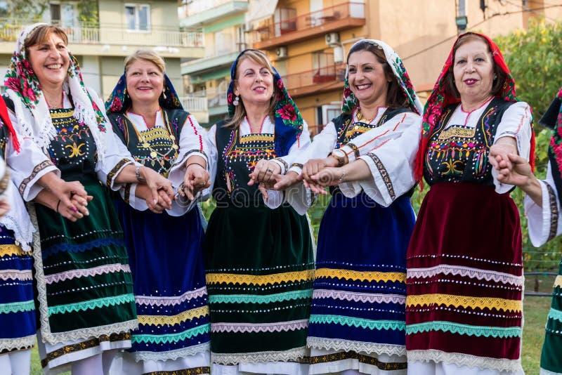 Groupe exécutant la danse grecque de folklore images libres de droits