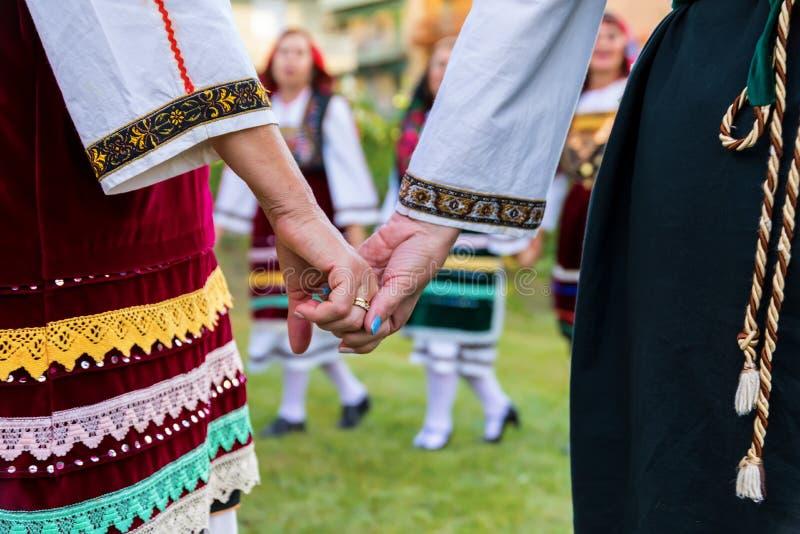Groupe exécutant la danse grecque de folklore photos stock
