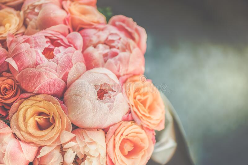 Groupe frais de pivoines et de roses roses  photos libres de droits