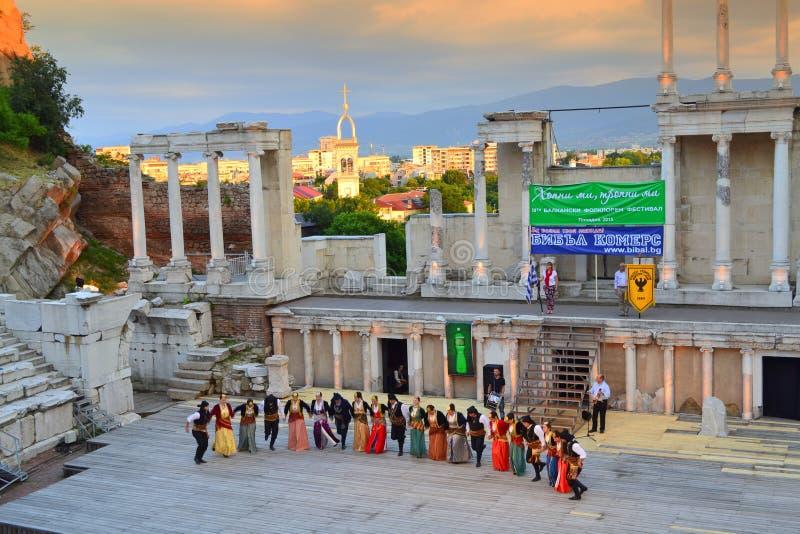 Groupe grec de folklore à la scène d'amphithéâtre photographie stock
